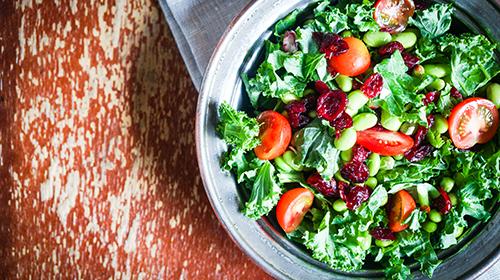 Zum Rezept Superfood-Rezept: Grünkohlsalat mit getrockneten Cranberries