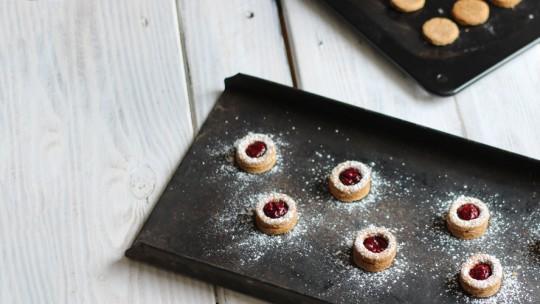 Spitzbuben mit Himbeer-Chia-Marmelade