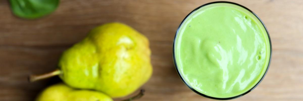 grüner smoothie mit avocado, birne, spinat